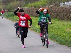 V cíli. Radost jedné z dvojic Koloběhu při finiši je patrná. Hlavně o tom, užít si naplno sportovní den, byl druhý ročník.