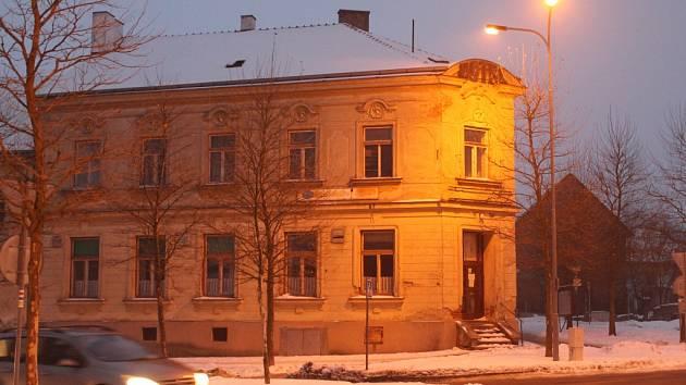 Boj o budovu. Ta pochází z přelomu 19. a 20. století a je dlouhodobě neudržovaná.