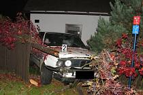 Na cizí zahradě ve Vrchlického ulici v Polné nedobrovolně zaparkoval řidič osobního vozu BMW.