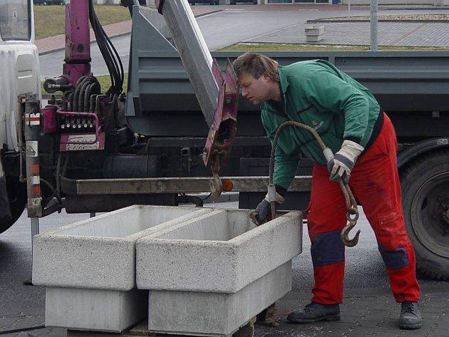 Firma Patrol loni v zimě zamezila vjezd na parkoviště u Vodního ráje betonovými květináči.