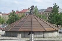 Během pondělního odpoledne byly kašny na Masarykově náměstí v Jihlavě ještě zazimované. Mají se odkrývat tento týden.