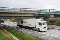 Nově otevřený most přes dálnici D1 u Měšína.