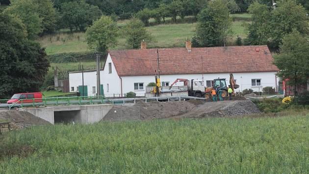 Most v Třešti u Váňovského rybníka je téměř hotový. Místo rybníku vznikla zarostlá louka.
