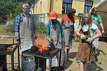 Děti poznávají kovářské řemeslo.
