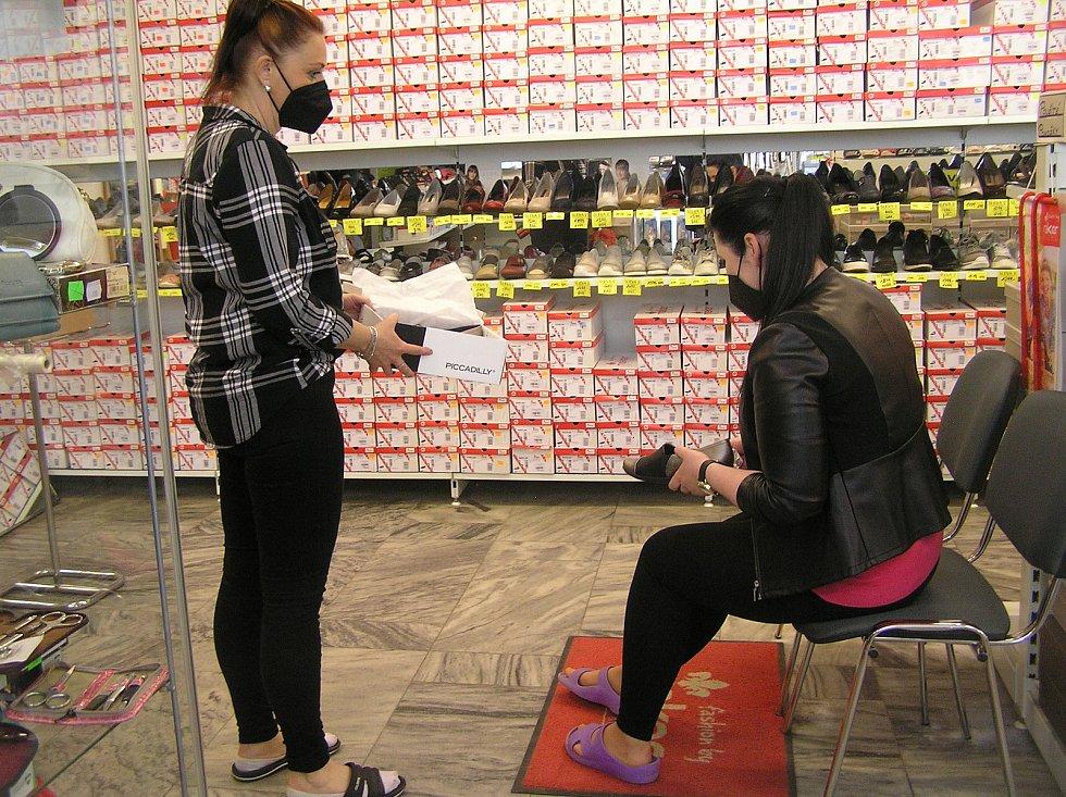 Jihlava. Po dlouhých měsících se mohli zákazníci opět vydat za nákupy přímo do obchodů.
