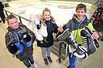 Bruslaři čekají, až se urolbuje led na novém stadionu v Telči.
