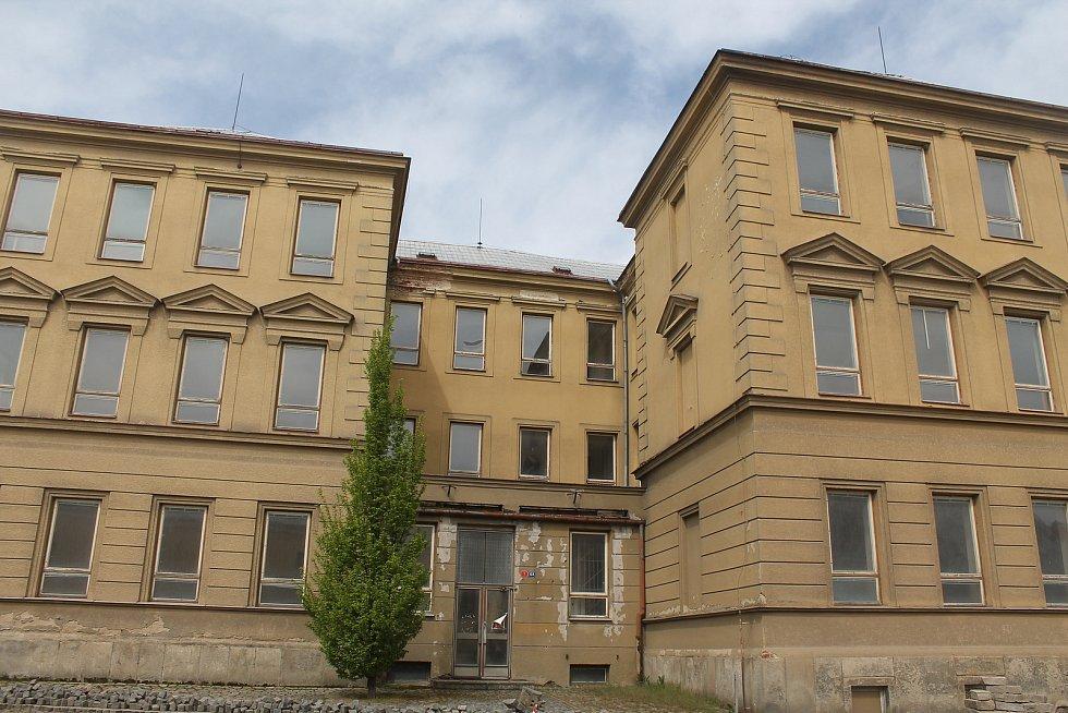 Budova školy na náměstí se dočká výrazné rekonstrukce, která se protáhne až do příštího roku.