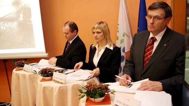 U rozdělování dotací nemohl včera chybět hejtman Jiří Běhounek (vpravo).