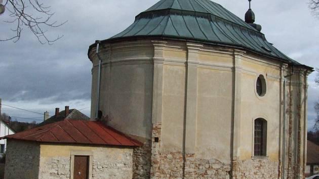 Dominantu, chátrající kostel svatého Josefa, se snaží ze všech sil zejména s pomocí dotací kraje opravit obec Mirošov. Omítka objektu je v současnosti obouchaná proto, aby vyschlo venkovní zdivo.