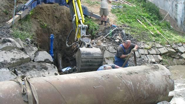 Přímo pod dnem řeky Jihlávky prasklo vodovodní potrubí zásobující část sídliště Březinky