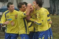 Třikrát se Jan Veselý (uprostřed) objevil v  obětí svých spoluhráčů, kteří mu gratulovali ke gólu.
