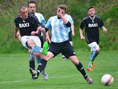 Fotbalisté Dobronína (v černých dresech) si doma vyšlápli na lídra z Košetic.