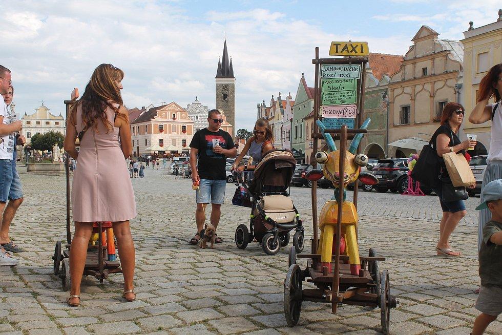 Samoobslužné kozí taxi byla kárka, na které je vyřezávaná koza a rodiče mohou za dvacku tahat své ratolesti po náměstí.