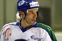 Útočník Ivan Padělek v létě tvrdil, že odejde do zahraničí, ale nakonec zamířil do Komety Brno.  V sobotu dvěma góly porazil v Rondu mateřskou Duklu Jihlava.