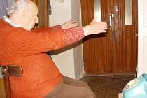 Tady mě přepadli. Pětaosmdesátiletý farář ze Skuhrova Jaroslav Moštěk se stal obětí loupežného přepadení. Dva maskovaní lupiči ho překvapili na chodbě domu.