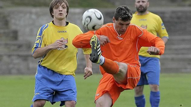 Milan Chalupa (v pozadí ve žlutém dresu) na archivním snímku.