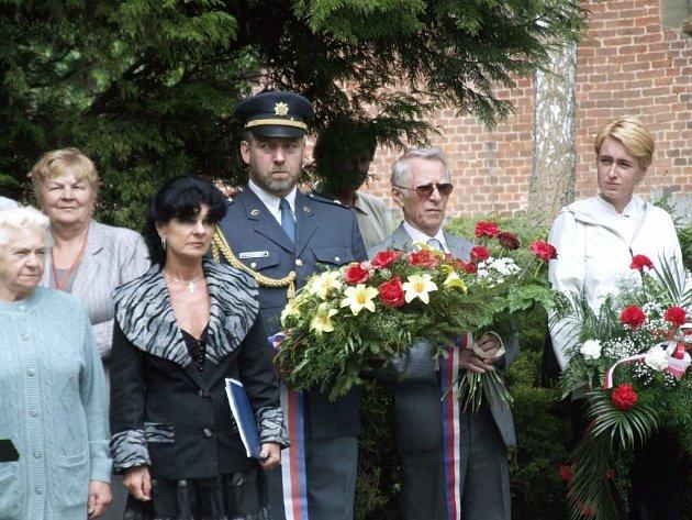Desítky pamětníků si připomněly v pondělí na jihlavském hřbitově 62 let od konce 2. světové války.