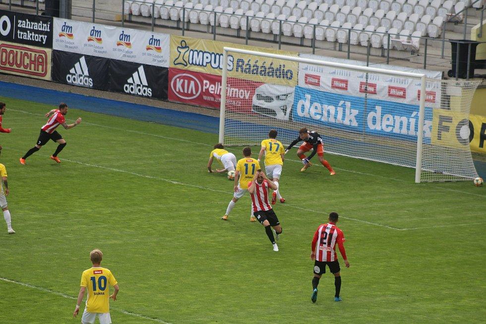 V prvním poločase utkání FC Vysočina Jihlava - FK Viktoria Žižkov nevyužil Lukáš Zoubele (držící se za hlavu) velkou šanci.