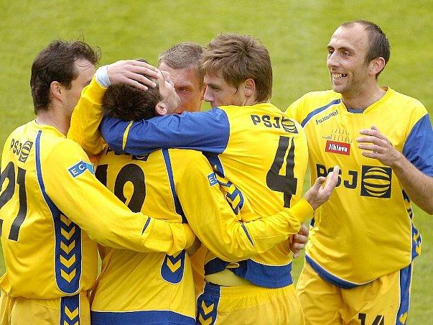 Jihlavští fotbalisté objímají střelce včerejší úvodní branky Radka Görnera (uprostřed s číslem 19). FC Vysočina na půdě o záchranu bojující Čáslavi nezaváhal, vyhrál 3:0.