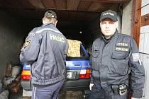 Krádeže v garážích jsou podle policie častým jevem. Majitel tohoto favoritu měl víceméně štěstí. Automobil mu v garáži zůstal, přišel pouze o rádio.