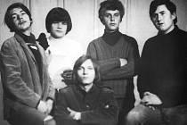 Pod polenským Beat Fan Clubem působila místní beatová kapela Kajmani. Členy skupiny byli také Jan Prchal (dole uprostřed) a Oldřich Klement (zcela vlevo).
