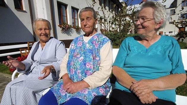 Babičky z domova důchodců ve Ždírci si nezávidí. Žádná z nich nemá měsíčně více než 1300 korun. Těm šťastnějším něco přidají děti a vnoučata. Ty méně šťastné nemají na zaplacení léků ani na kadeřníka.