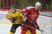 Jihlavští hokejisté (ve žlutém) splnili cíl a doma si proti Ústí nad Labem připsali tři body.