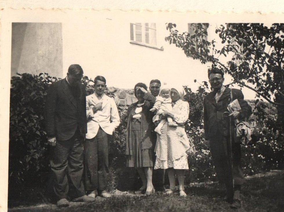 Rok 1945. Návštěva rodiny Reynkových.