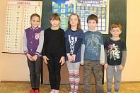 Na fotografii jsou žáci 1.třídy Základní školy ve Věžnici. Jejich třídní učitelkou je Marie Klubalová, která učí i druháky.