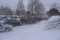 Ve středu 15. února se ve sněhové kalamitě stala vážná nehoda na okraji Jihlavy ve směru na Pelhřimov, když tam bouralo celkem šest aut. Dva lidé byli tehdy zraněni, hmotnou škodu sečetli policisté na 540 tisíc korun. A v Jihlavě tehdy stála několik hodin