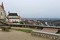 Procházka Znojmem. Historické město s kostelem svatého Mikuláše, bývalým pivovarem, úzkými uličkami a několika náměstími.