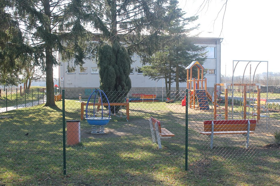 Děti ve školce mají nové hřiště, i tady je však školka zavřená.