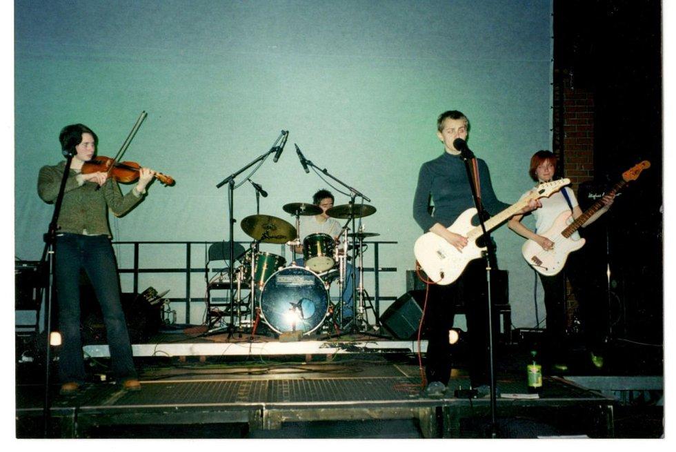 Koncert kapely Budoár staré dámy v původní sestavě v roce 2001.