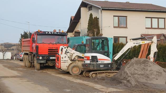 Ačkoliv je teprve únor, v Lukách už pokračují práce na kanalizaci.