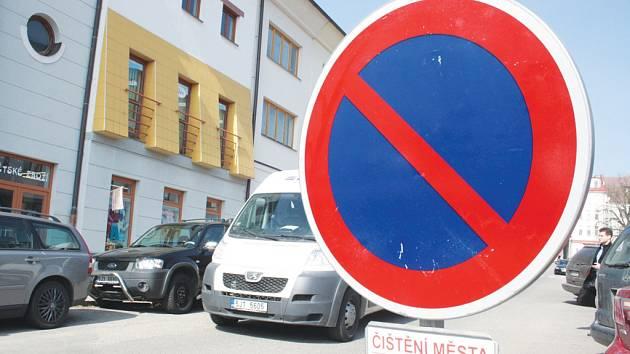 V centru města už jsou značky se zákazem stání kvůli čištění jihlavský ulic. Právě v centru totiž v sobotu jarní úklid Služby města Jihlavy odstartují.