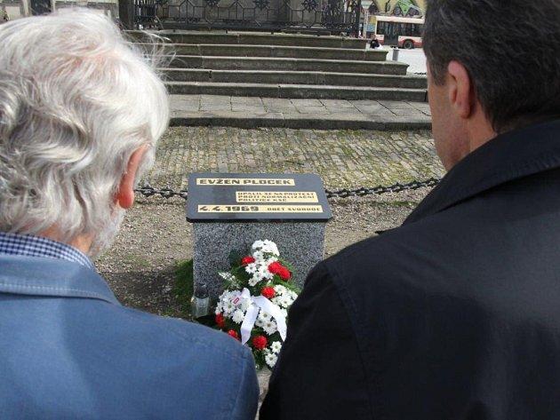Květiny k pamětní desce Evžena Plocka