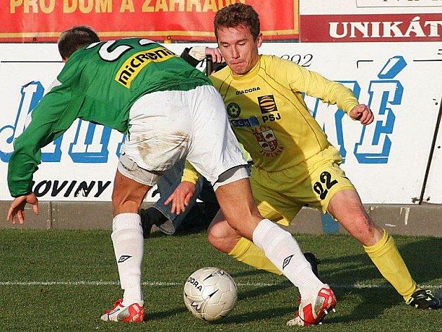 Vladimír Vácha (ve žlutém) pamatuje nejslavnější jihlavskou éru, kdy byl FC Vysočina v první lize.