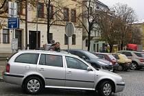 Většina míst k parkování v centru Jihlavy je placená. Sazba se pohybuje v rozmezí deseti až třiceti korun za hodinu stání. Nejvyšší částku zaplatí lidé mimo jiné na Masarykově náměstí (na snímku).
