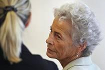 Zdravotní sestra Zdeňka Mládková (vpravo) u brněnského krajského soudu, který se zabýval vodvolacím řízení jejím případem. Mládková dostala výpověď z práce kvůli záměně novorozenců v třebíčské porodnici, výpověď potvrdil Okresní soud v Třebíči.