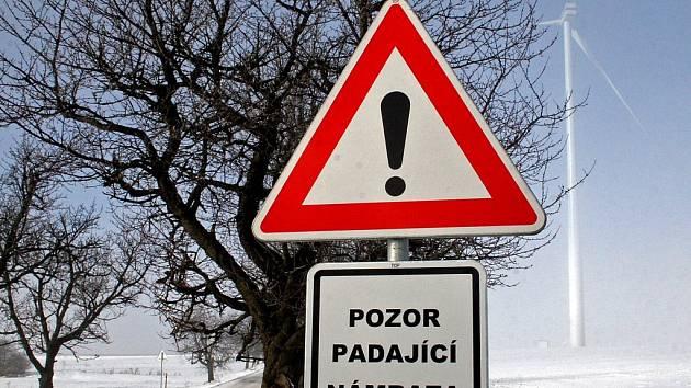 Silničáři museli u komunikace, která je v blízkosti větrných elektráren u Pavlova na Jihlavsku, umístit varovné značení.