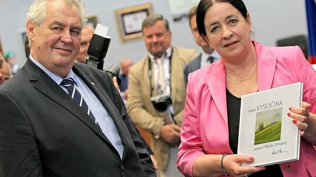 Prezident Miloš Zeman zahájil ve středu návštěvu Vysočiny v sídle krajského úřadu v Jihlavě, kde pokřtil knihu Moje Vysočina pohledem Miloše Zemana autorky Jitky Hrůzové (vpravo). K fotografiím připsal komentáře.