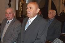 Dnešní senioři a bývalí vojáci na mši v kostele sv. Jakuba.