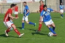 Fotbalisté Velkého Beranova (v modrém) pojali přípravu odlehčeně. Na trénincích hrají jen fotbal.