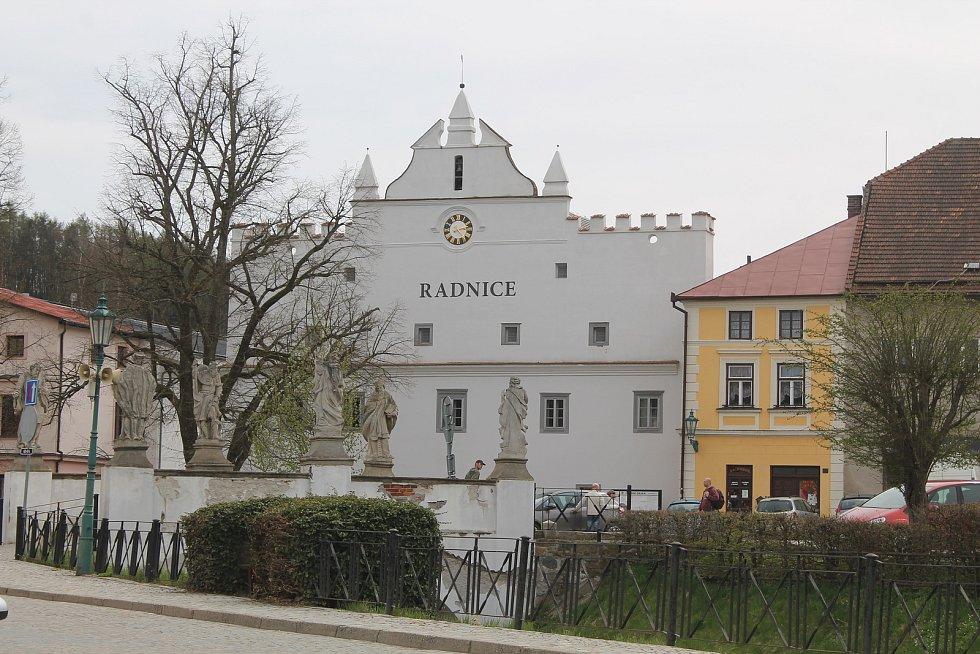 Radnice je přímo uprostřed města.