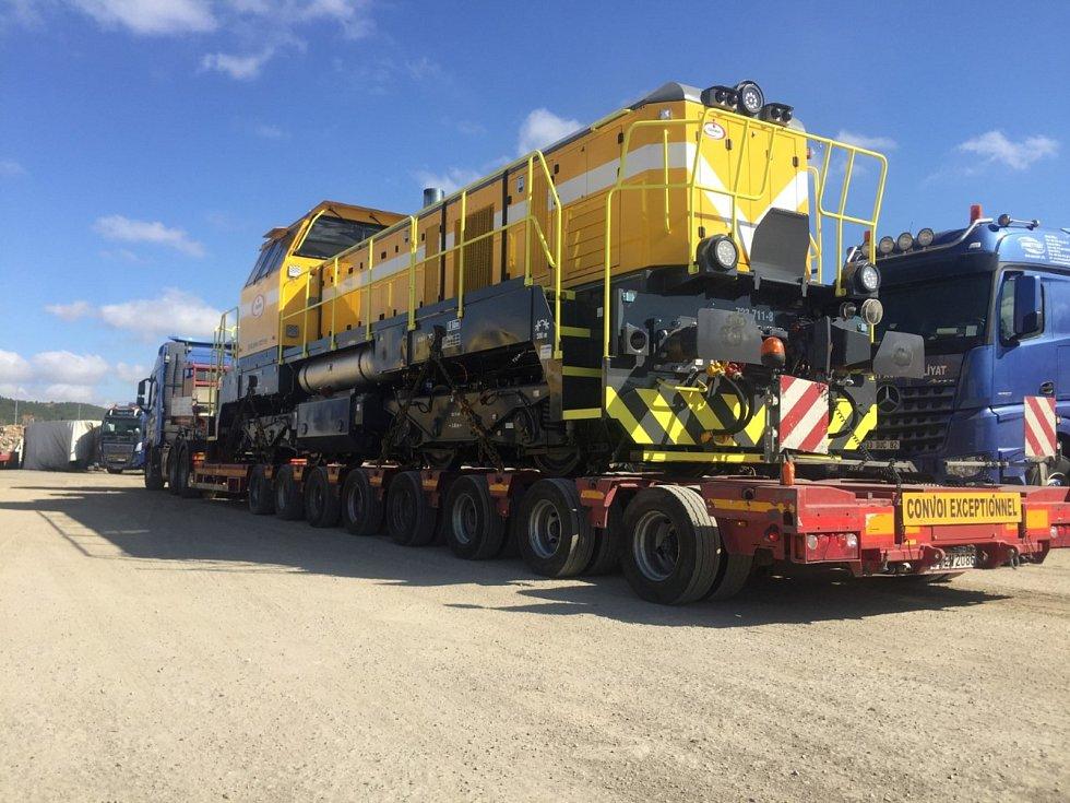 Lokomotivy putovaly do Turecka po železnici, vodě i po silnici.