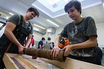 Spolek přátel dělostřelby ve spolupráci Střední průmyslovou školou stavební vyrábí repliku polní houfnice z roku 1430.
