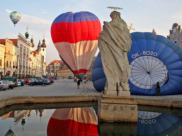 Do Telče se sjeli příznivci létání v horkovzdušných balónech.