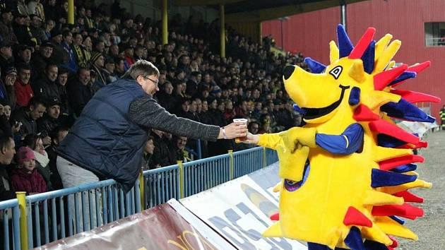Ondřej Novotný v kostýmu Ježury byl vždy velmi potěšen, když dostal od některého z fanoušků napít piva.