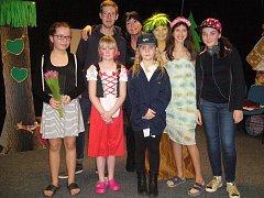 Žáci jihlavské základky si připravili premiéru na vánoční besídku. Na fotografii společně s autorem a režisérkou hry.