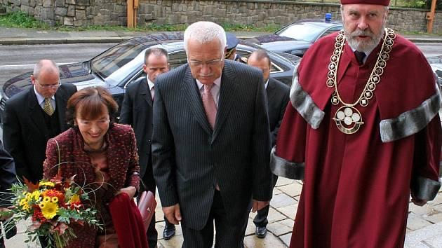 Prezidentský pár přichází. Při besedě na akademické půdě se Václav Klaus zabýval aktuálními tématy. Kdispozici měl i tabuly, které znázorňovaly (ne)dodržování mezinárodních dohod ohledně emisí.